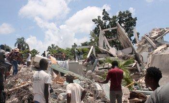 El sismo de magnitud 7,2 se produjo en Haití el sábado a unos 160 km de la capital haitiana, Puerto Príncipe.  Cientos de personas quedaron atrapadas en el derrumbe de iglesias, negocios, escuelas y viviendas.