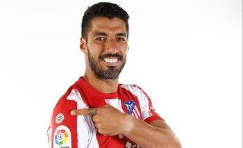 Luis Suárez muestra el escudo de campeones de la liga en la nueva camiseta de Atlético de Madrid