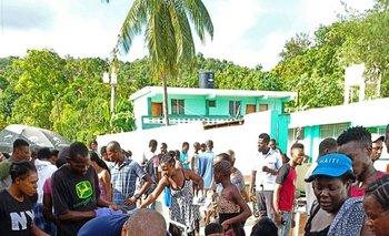 Miembros de una brigada cubana de médicos atiende a víctimas del sismo en Haití