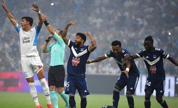 Samuel Kalu se desmayó en el partido de su equipo, Bordeaux, y Olympique de Lyon; se paró, pero luego fue sustituido por su técnico