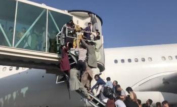 Ciudadanos intentan desesperados subirse a un avión en busca de dejar el país