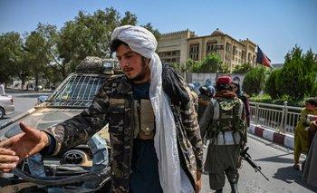 Combatientes talibanes en la plaza de Massoud, Kabul