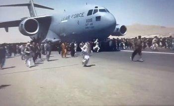 Cientos de afganos corren alrededor de un avión de la Fuerza Aérea de Estados Unidos en el aeropuerto de Kabul. Captura de video.