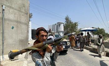 Un combatiente talibán sostiene un cohete RPG mientras hace guardia con otros en una puerta de entrada fuera del Ministerio del Interior en Kabul.