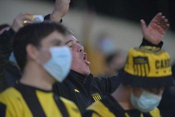 Hinchas de Peñarol en la vuelta al Campeón del Siglo
