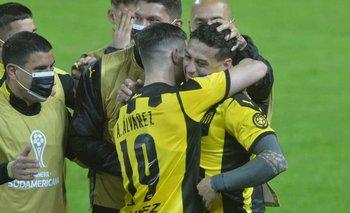 Álvarez Martínez saluda a Trindade tras el gol
