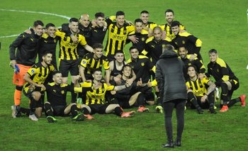 Peñarol venció 1-0 a Sporting Cristal en el CDS y clasificó a semifinales; al final todo el plantel posó para una foto para la mejor historia