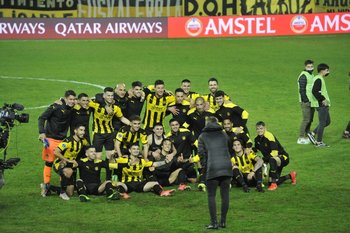 El plantel de Peñarol celebró la clasificación a las semifinales de la Copa Sudamericana tras el triunfo ante Sporting Cristal