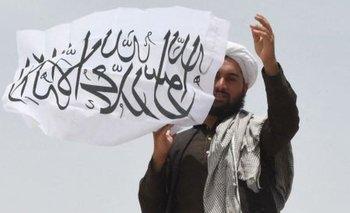 La bandera del Talibán ondea en la frontera con Pakistán.