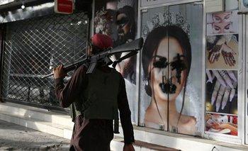 Luego de la llegada del grupo a Kabul, comenzaron a taparse las imágenes de mujeres en los escaparates