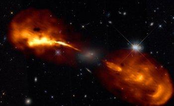 Un agujero negro supermasivo en el centro de una galaxia dispara chorros de material a través del espacio.