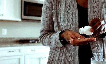 Una mujer toma una píldora