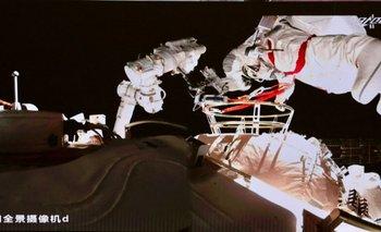 Esta foto tomada y publicada el 20 de agosto de 2021 por la Oficina de Ingeniería Espacial Tripulada de China a través de CNS muestra al astronauta chino Nie Haisheng dejando el módulo central de Tianhe para una caminata espacial.