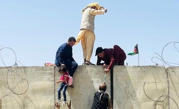 Los afganos toman medidas desesperadas para intentar entrar al aeropuerto de Kabul