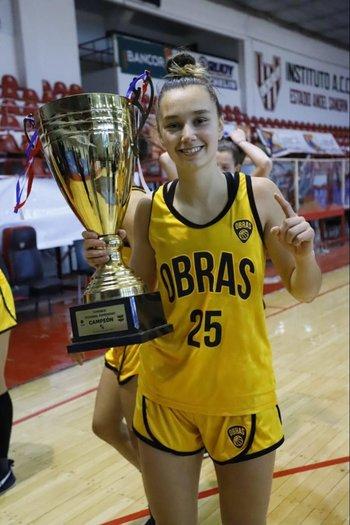 Josefina Zeballos con la copa: camepona