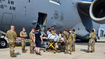 una mujer afgana da a luz en un avión de evacuación de Estados Unidos