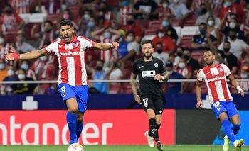 Luis Suárez protesta un fuera de juego
