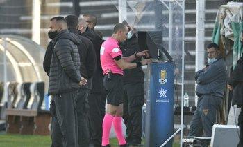 José Burgos estuvo durante un buen rato observando las imágenes del VAR para ver si pitaba o no penal para Sud América ante Peñarol