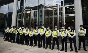 Policía escoltando la sede de ITN en el marco de las protestas de los antivacunas