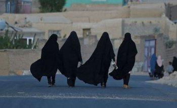 Mujeres en una carretera