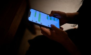 Esta imagen tomada el 16 de julio de 2021 muestra a Melissa usando su teléfono móvil para enviar un mensaje a su novio virtual, un chatbot creado por XiaoIce.