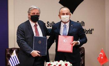 El canciller Francisco Bustillo con su par de Turquía, Mevlut Cavusoglu,