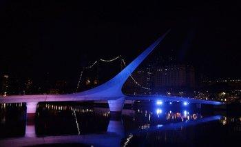 El puente de la Mujer fue de los primeros monumentos iluminados de azul