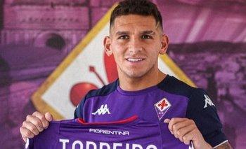 Lucas Torreira muestra la camiseta que utilizará en Fiorentina durante esta temporada