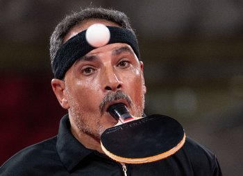 Ibrahim Hamadtou juega tenis de mesa con la boca