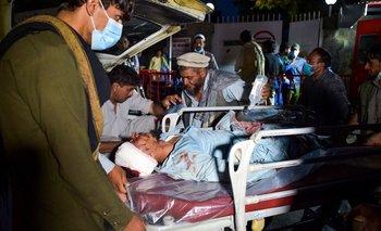 Personal médico y de la salud ayudan a uno de los heridos tras las explosiones en Kabul