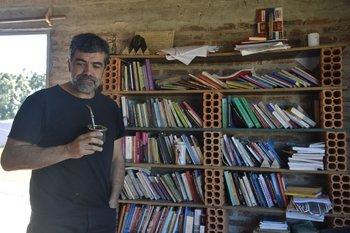 Óscar Andrade, en la casa donde vive, en San Luis.