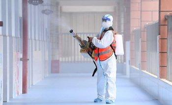 Trabajador desinfectando