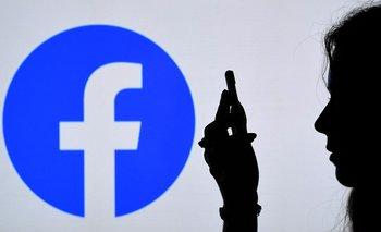 Facebook está en el ojo de la tormenta una vez más por cómo maneja los mensajes de los usuarios.
