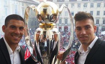 Maximiliano Pereira y Nicolás Gaitán, una de las cuatro veces que fueron campeones con Benfica