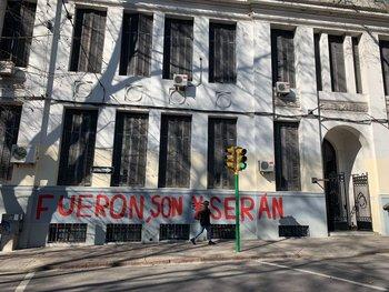 El edificio de formación docente volvió a aparecer pintado