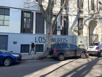 """El mensaje que apareció este lunes en la fachada de los Institutos Normales de Montevideo fue """"Los muros fueron, son y serán nuestros"""""""