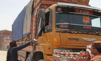La recaudación de impuestos ilegales para permitir el paso de mercancías genera millones en Afganistán