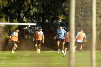 Maxi Gómez se perfila como titular; Álvarez Martínez debutó con la selección mayor