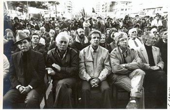 """La foto que ilustra este capítulo, tomada el 1º de mayo de 1992, muestra a una parte de la dirección del Frente Amplio de entonces: de izquierda a derecha, al general Víctor Licandro;el renunciante secretario general del Partido Comunista, Jaime Pérez; el intendente de Montevideo, Tabaré Vázquez; el senador Danilo Astori; y el general Líber Seregni. Detrás pueden apreciarse, entre otros, al colorado Víctor Vaillant, quien se había sumado a la campaña pro referéndum contra la """"ley de empresas públicas""""; Wilfredo Penco, entonces jerarca municipal; y Reinaldo Gargano, senador del Partido Socialista."""
