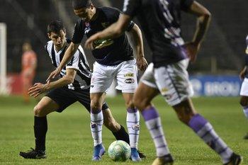Ignacio González busca tomar la pelota