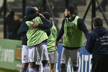 Raúl Ferro festeja el gol de Fénix con sus compañeros