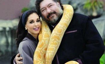 Jorge Hanks Rhon con su esposa fallecida y una boa