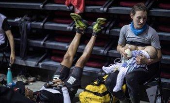 Sophie Power con su hijo Cormac. La corredora británica no solo pudo amamantar a su bebé, sino que además se extraía leche cada vez que podía para asegurar su alimentación.