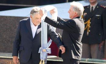 Tabaré Vázquez le transfiere la banda presidencial a José Mujica el 1º de marzo de 2010