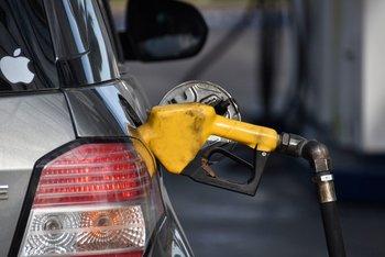 Carga de combustible en estación de servicio.