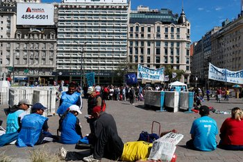 Varias personas se reúnen alrededor del Obelisco durante una huelga de 24 horas en Buenos Aires