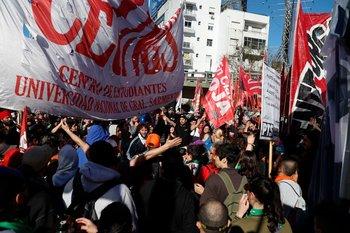 Un grupo de manifestantes realizan un piquete ante policías, cortando uno de los puentes de acceso a Buenos Aires
