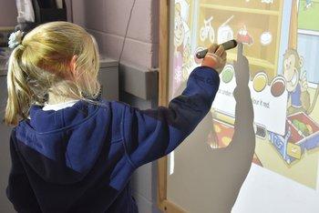 Aprendiendo formas y colores en inglés a través de la pantalla interactiva