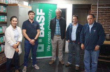 Cr. Naya de Souza (RiceTor), Ing. Agr. César Nieto (BASF), Ing. Agr. Martín Píriz (BASF), MsC Juan Rosas (INIA) e Ing. Agr. MsC Néstor Saldain (INIA)