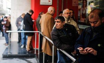 Los bancos argentinos abrieron con largas colas este lunes.